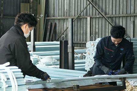 ナカウミの製造メンバーは、持っただけでねじが何本あるか正確にわかる技を習得しています。